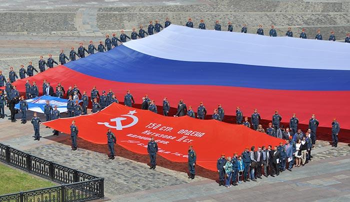 Торжественная церемония развертывания Главного  символа страны - Самого большого Флага России