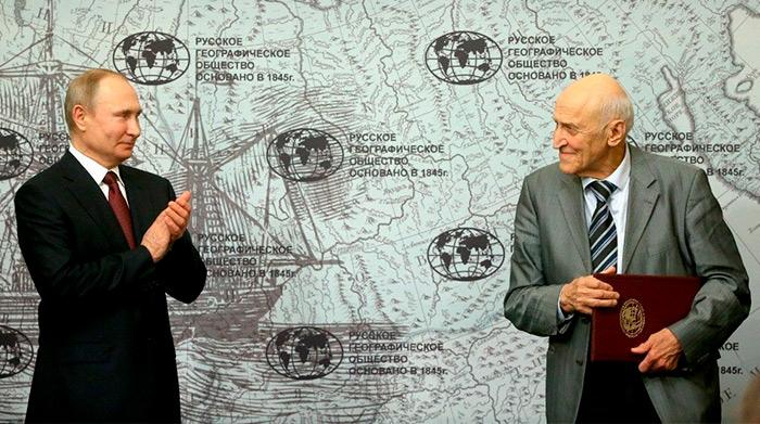 Награждение В.В. Путиным Николая Дроздова Золотой медалью Ю.А. Сенкевича»
